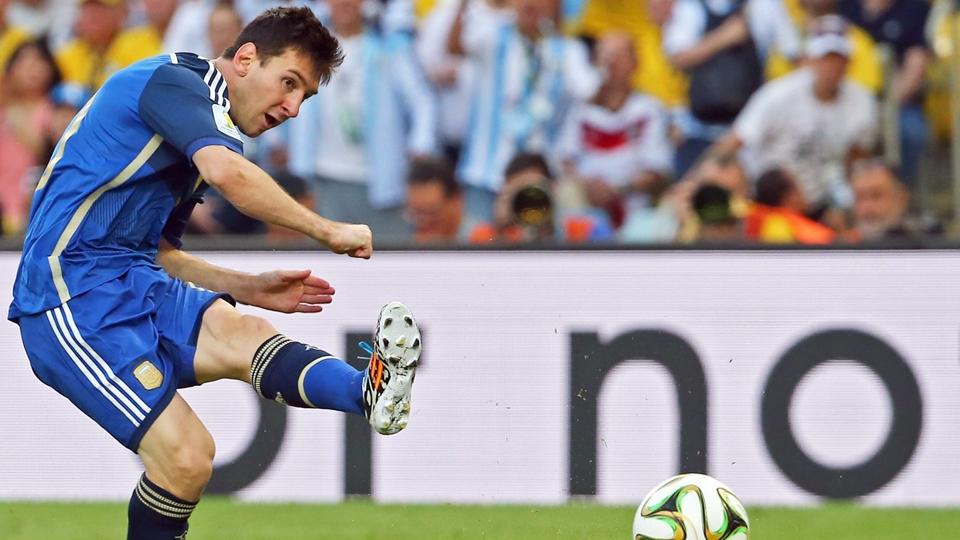 Messi tenta chute de perna esquerda