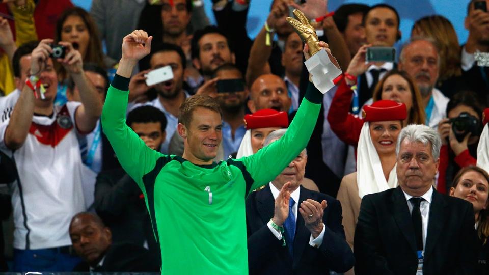 Neuer recebe prêmio de Melhor Goleiro da Copa do Mundo
