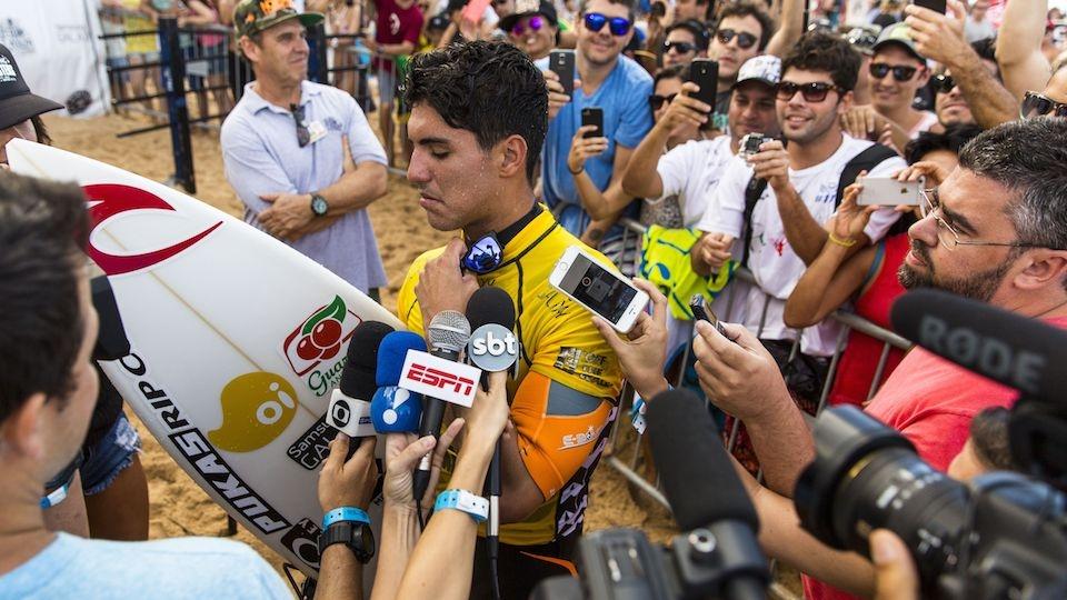 No Havaí, uma multidão de jornalistas brasileiros quer saber tudo sobre cada passo de Gabriel Medina