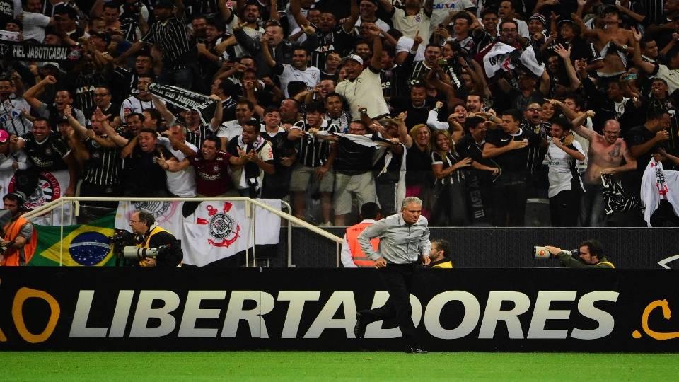 Técnico foi comemorar com jogadores segundo gol do Corinthians