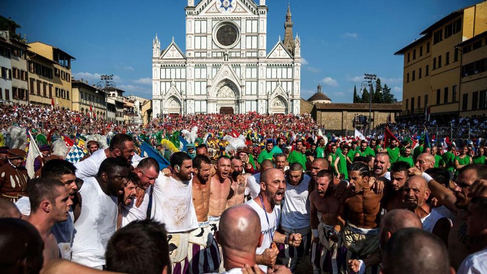 O campeão Bianchi é ovacionado quando entra na Piazza Santa Croce antes da final; a arena temporária fora da igreja tem capacidade para 4.800 fãs
