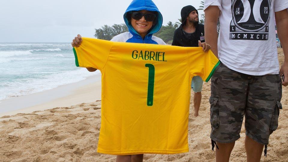 Antes de cada bateria é impressionante a quantidade de torcedores brasileiros na areia