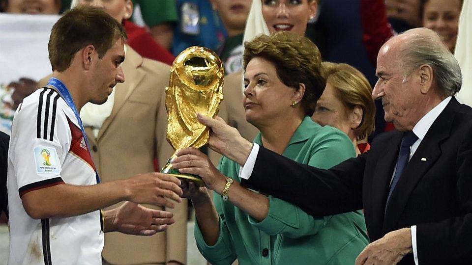 Dilma e Blatter entregam a taça de campeão do mundo a Lahm