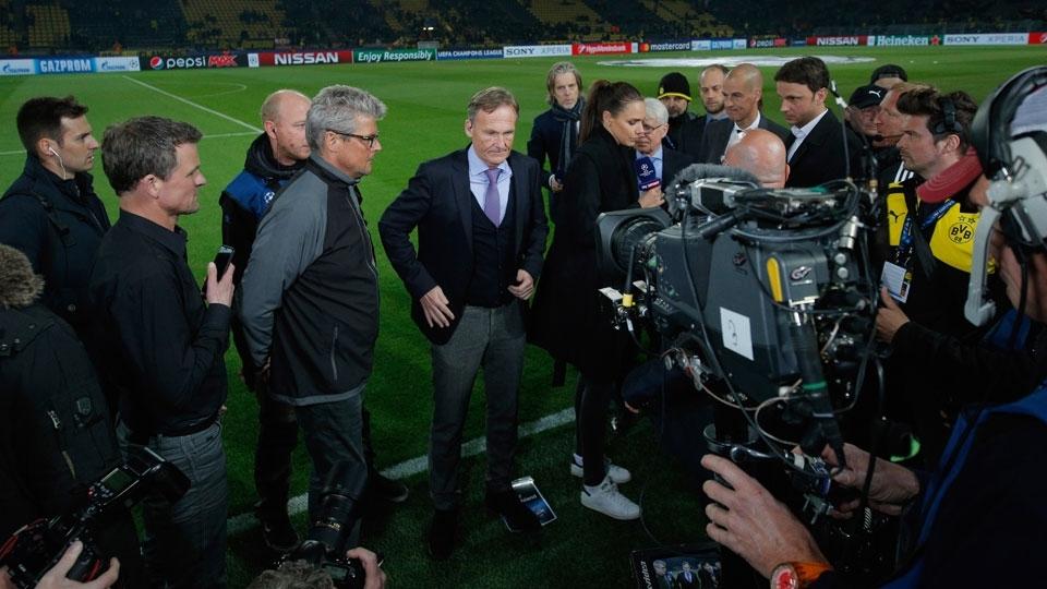 Hans-Joachim Watzke (centro), diretor-geral do Dortmund, fala à imprensa