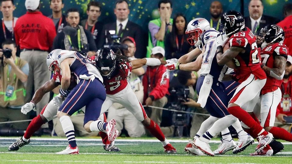 Danny Amendola, à esquerda, cruza a linha, consegue a conversão de dois pontos e leva o Super Bowl para a primeira prorrogação da história