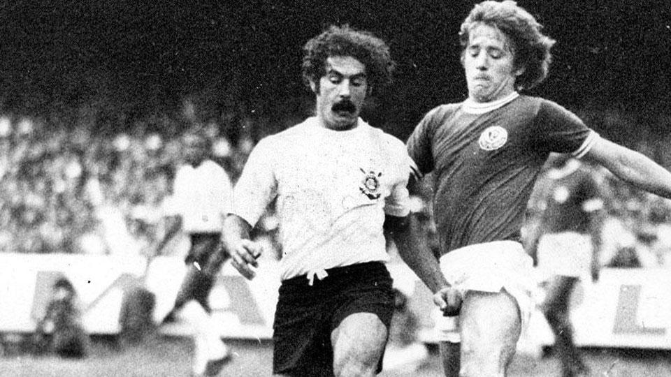 Rivellino em disputa com Leivinha, do Palmeiras, na final do Paulista de 1974