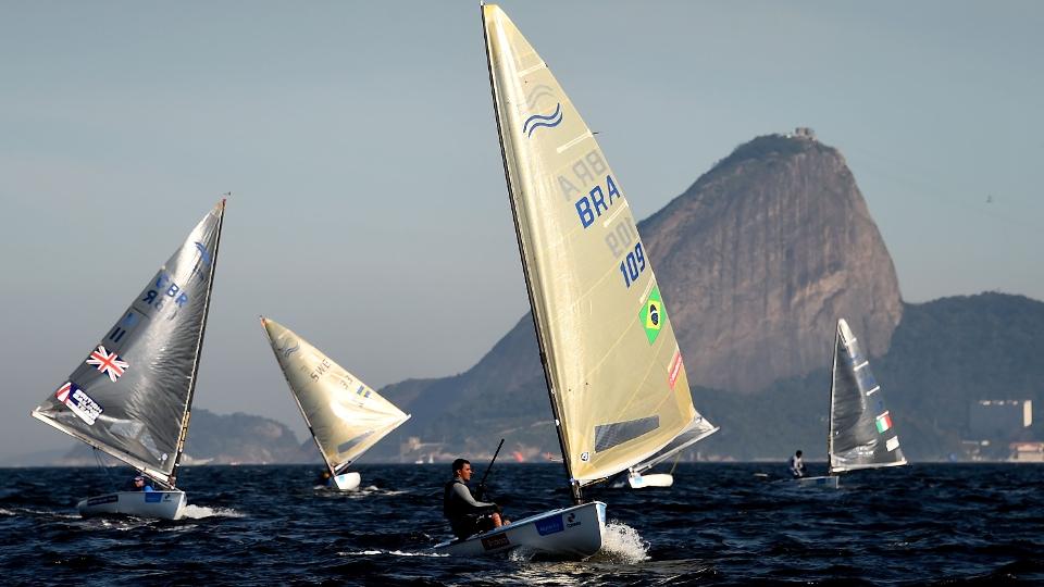Mesmo sem a despoluição da água prometida, as regatas de vela vão mesmo acontecer na Baía de Guanabara
