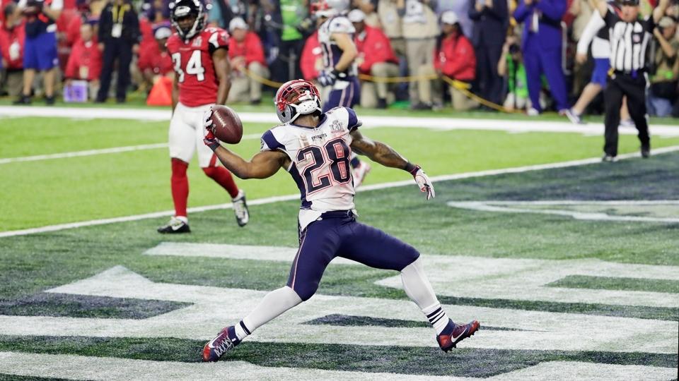 James White (28) consegue o que parecia impossível: touchdown que 'salva' os Patriots contra os Falcons