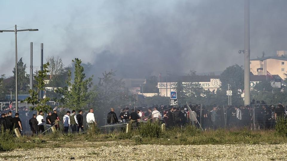 Fumaça preta em meio a torcedores do Besiktas antes de jogo contra o Lyon