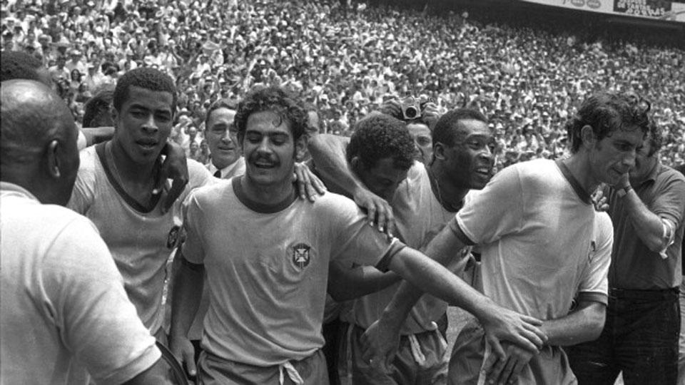 Ao lado de Jairzinho, Carlos Alberto, Pelé e Wilson Piazza, Rivellino festeja a Copa de 1970