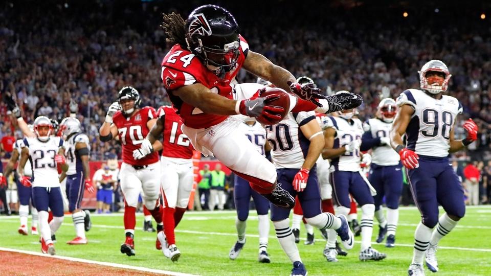Devonta Freeman se atira para a end zone, anota o primeiro touchdown do Super Bowl LI e coloca os Falcons na frente dos Patriots