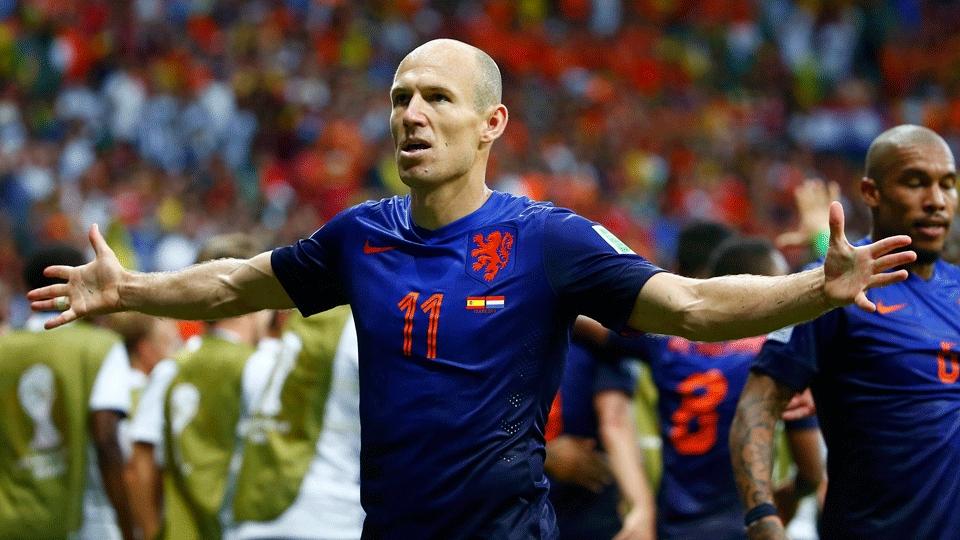 Robben abre os braços para comemorar o segundo gol da Holanda
