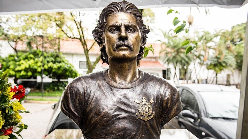 Busto em homenagem a Rivellino no Parque São Jorge
