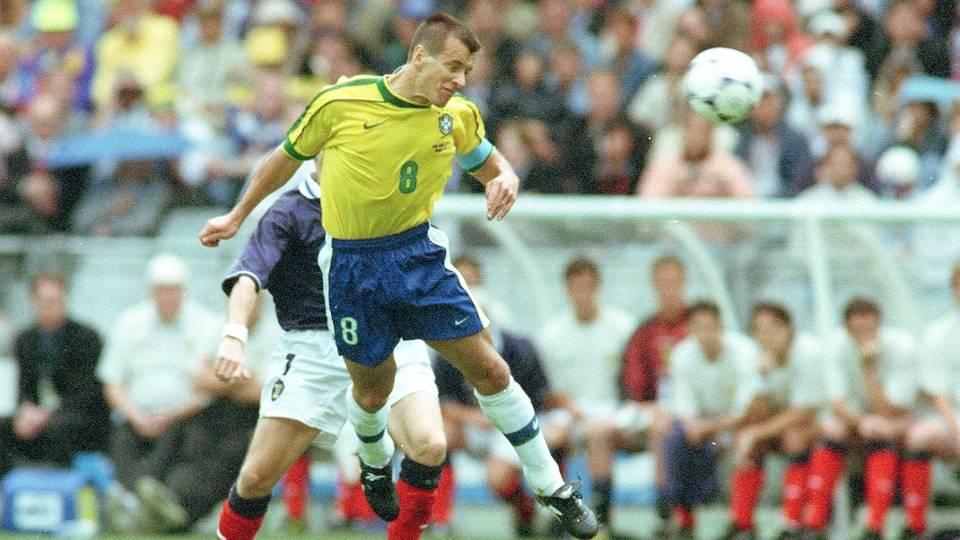 Dunga - Capitão há 17 anos, agora comanda a seleção brasileira do lado de fora, como técnico