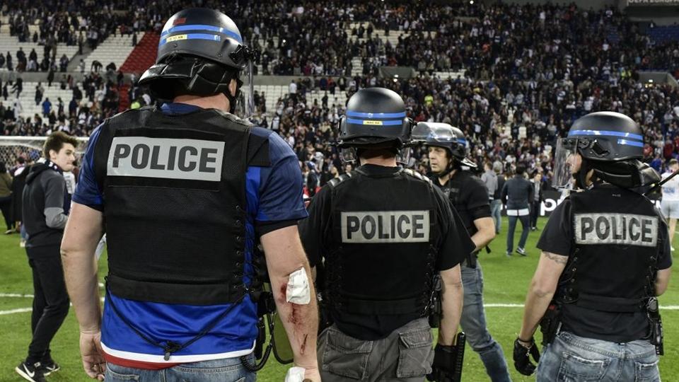 Policiais franceses tentam reconduzir torcedores às arquibancadas após briga