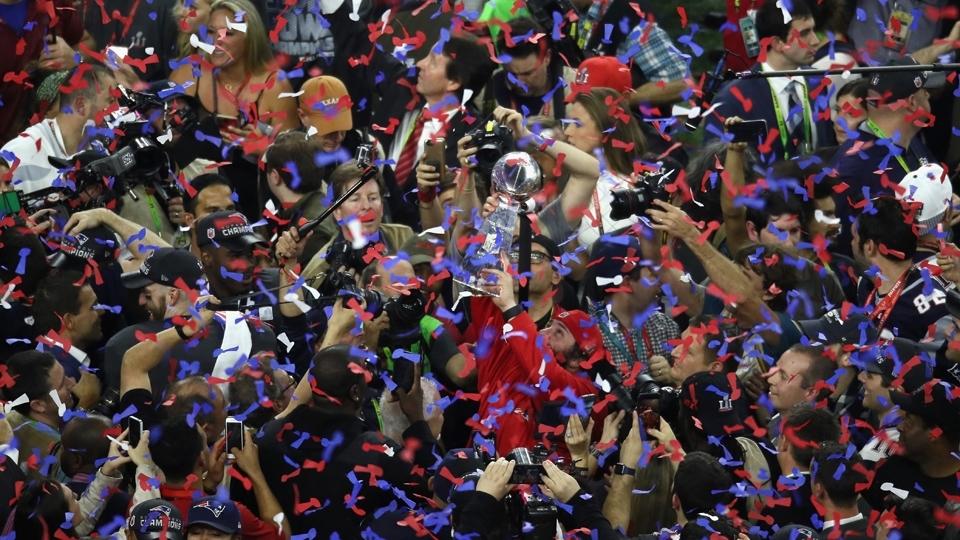 O troféu Vince Lombardi no meio da multidão: o Super Bowl LI é dos Patriots