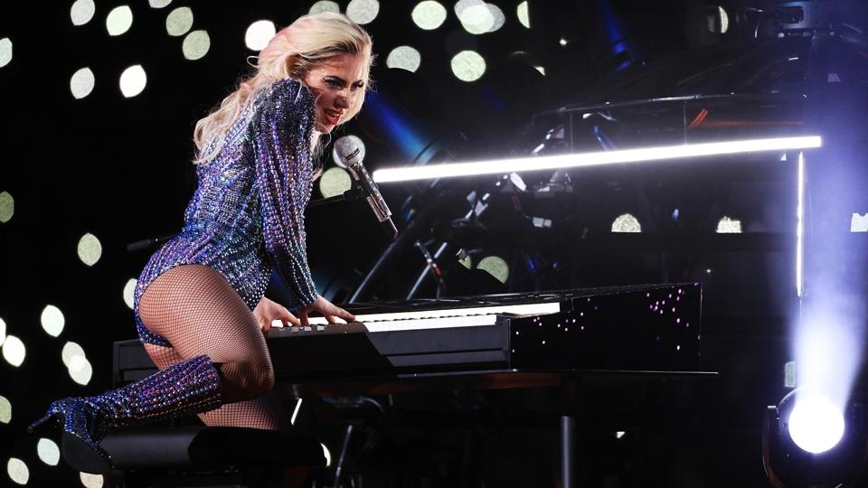 Lady Gaga no piano durante o impressionante show do intervalo do Super Bowl LI