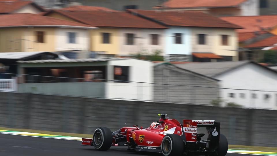 Raikonnen também pilota em frente aos prédios paulistas