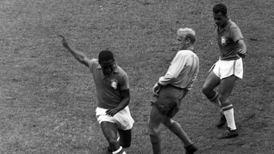 Djalma Santos (abaixo) e Zito cercam o sueco Skoglund na final da Copa do Mundo de 1958