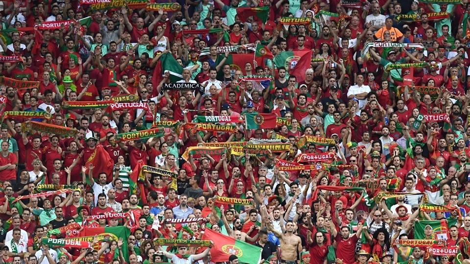 Torcida de Portugal faz festa durante a final da Eurocopa