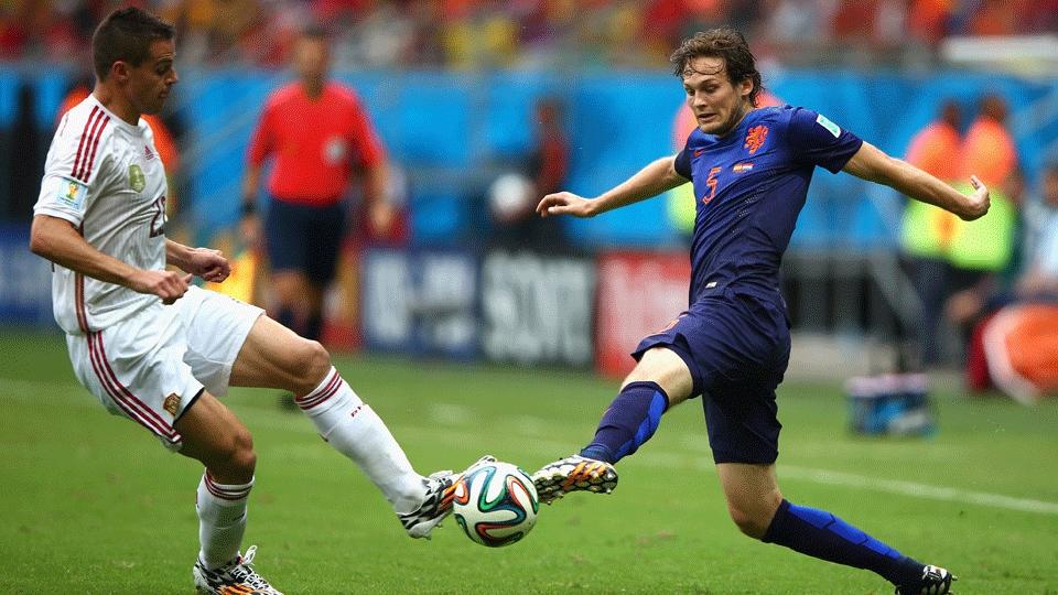 Azpilicueta (esquerda) e Blind dividem bola durante Espanha x Holanda