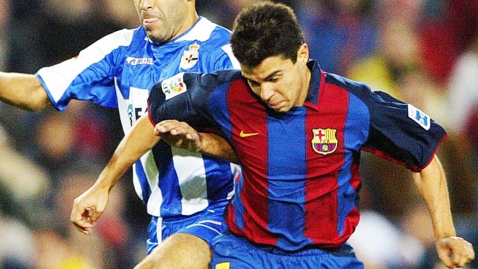 Saviola com a camisa 2003/04 do Barcelona: listas médias, com mangas em azul escuro