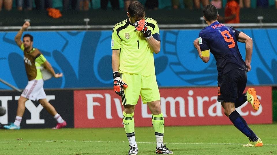 Casillas saiu jogando errado e 'entregou' o quarto gol da Holanda, o segundo de Van Persie