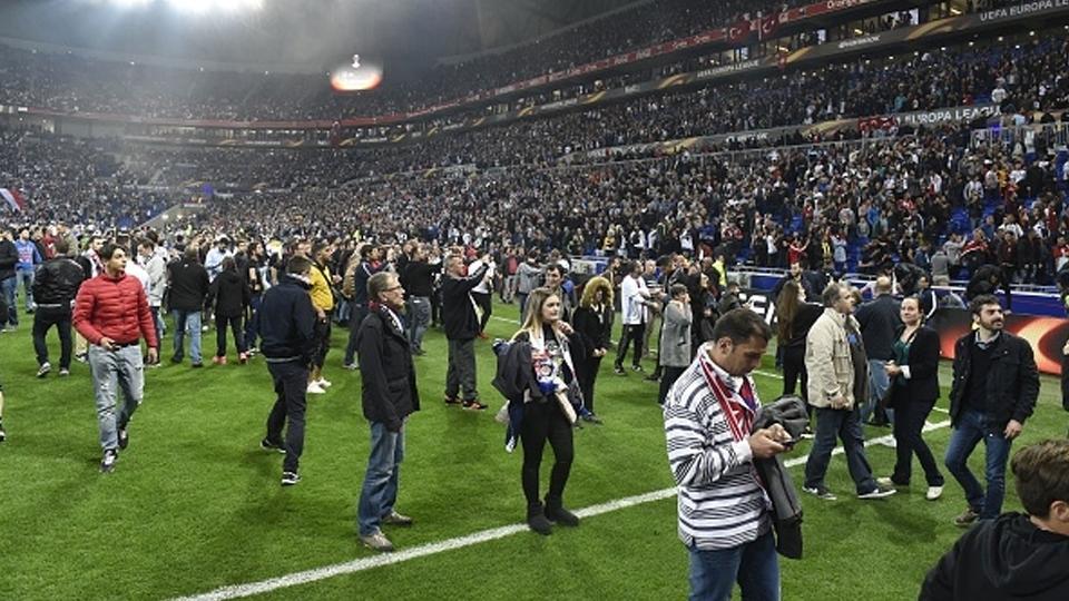 Briga nas arquibancadas atrasou Lyon x Besiktas e fez torcedores invadirem o gramado para fugir