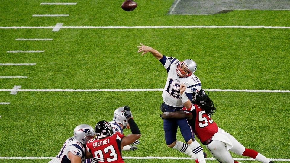 Tom Brady (12), dos Patriots, é 'amassado' por De'Vondre Campbell (59), dos Falcons