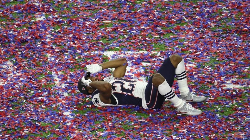 Logan Ryan se atira no chão para festejar: o Super Bowl LI é dos Patriots