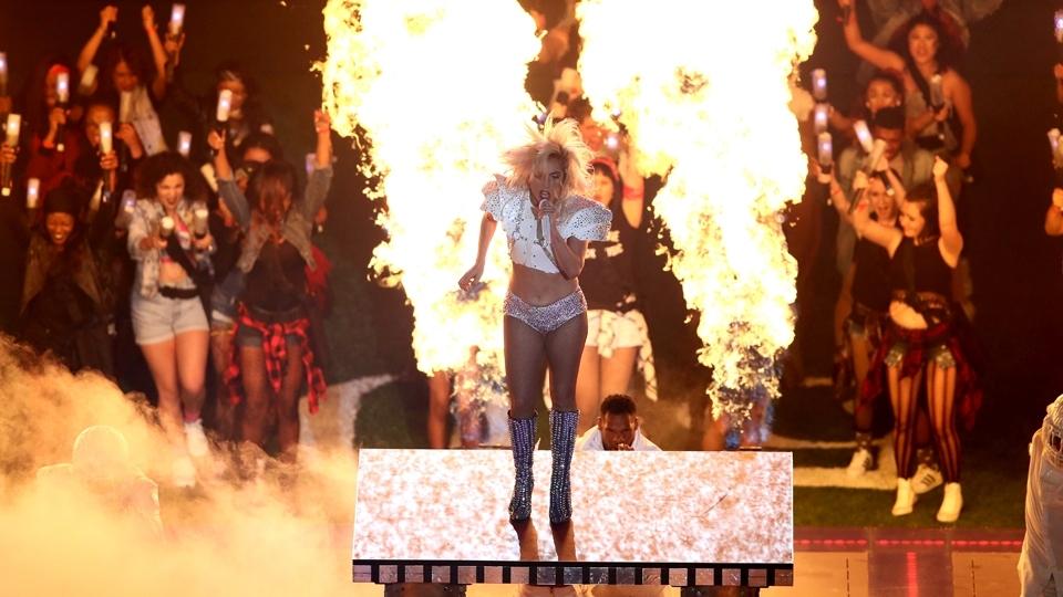 Lady Gaga bota fogo no NRG Stadium durante sua apresentação no show do intervalo do Super Bowl LI