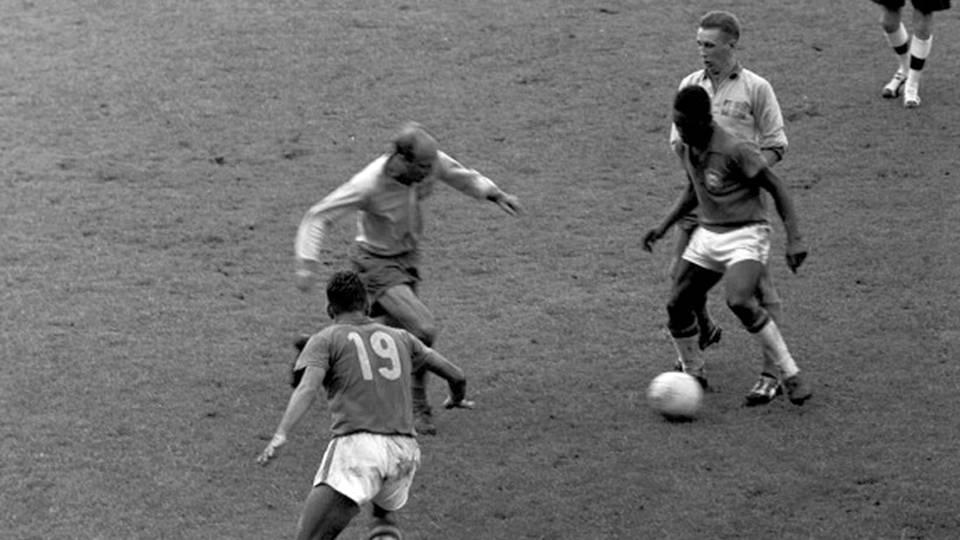Zito, com a camisa 19, ao lado de Pelé na final da Copa do Mundo de 1958 contra a Suécia