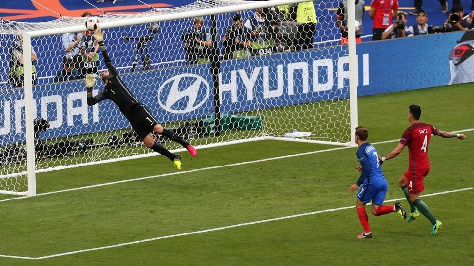 Griezmann cabeceia, e o goleiro Rui Patrício faz grande defesa para evitar gol da França