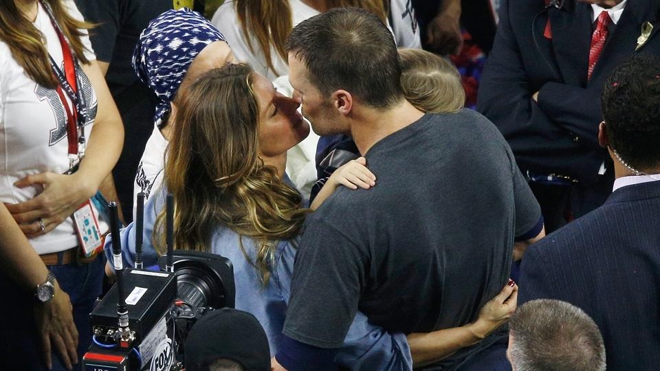 O beijo na amada: com a mãe Galynn Brady ao lado, Tom encontra a esposa Gisele e a filha Vivian após conquistar o Super Bowl LI
