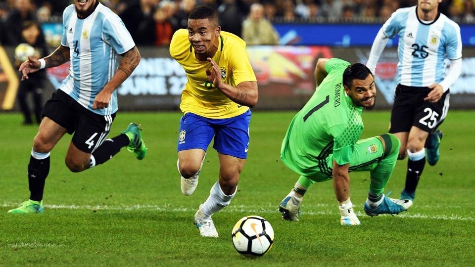 Gabriel Jesus driblou o goleiro, mas chutou na trave em seguida