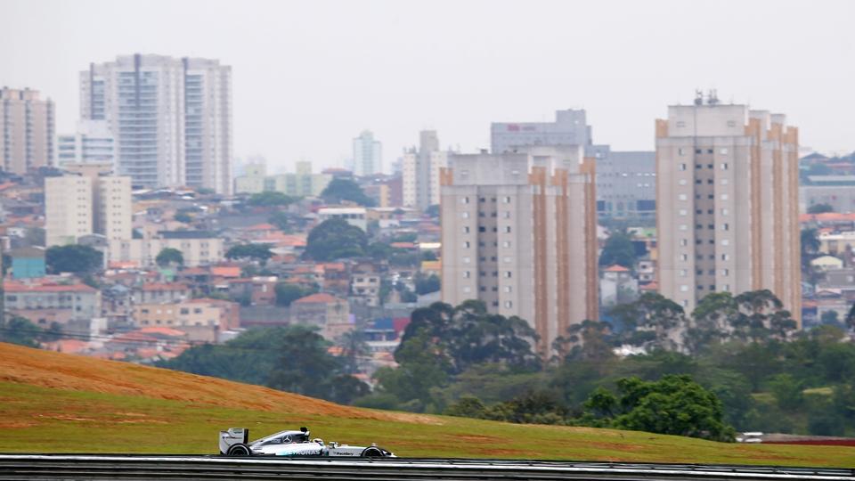 Favorito ao título, Hamilton pilota com a paisagem de São Paulo ao fundo