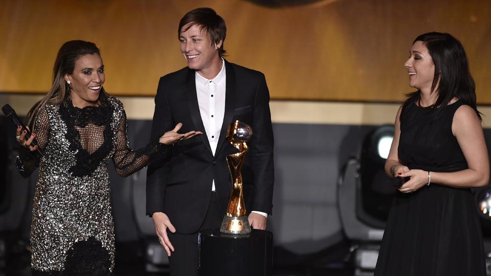 Nadine Kessner (à direita), da Alemanha, venceu o prêmio de de melhor jogadora do mundo