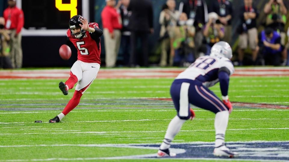 Matt Bosher, dos Falcons, dá o chute inicial para abrir o Super Bowl LI