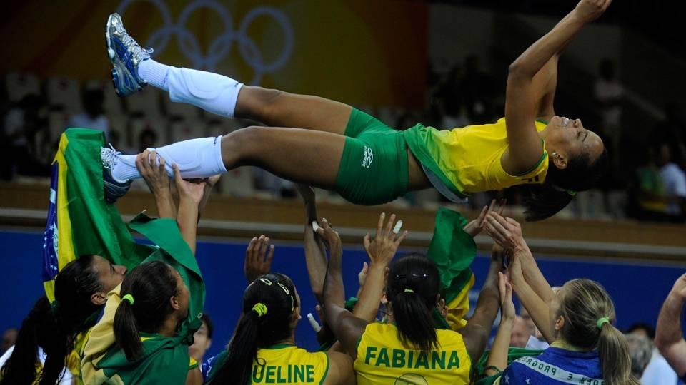 O Brasil jamais havia sido campeão olímpico de vôlei. Hoje, são quatro ouros, dois no masculino e dois no feminino