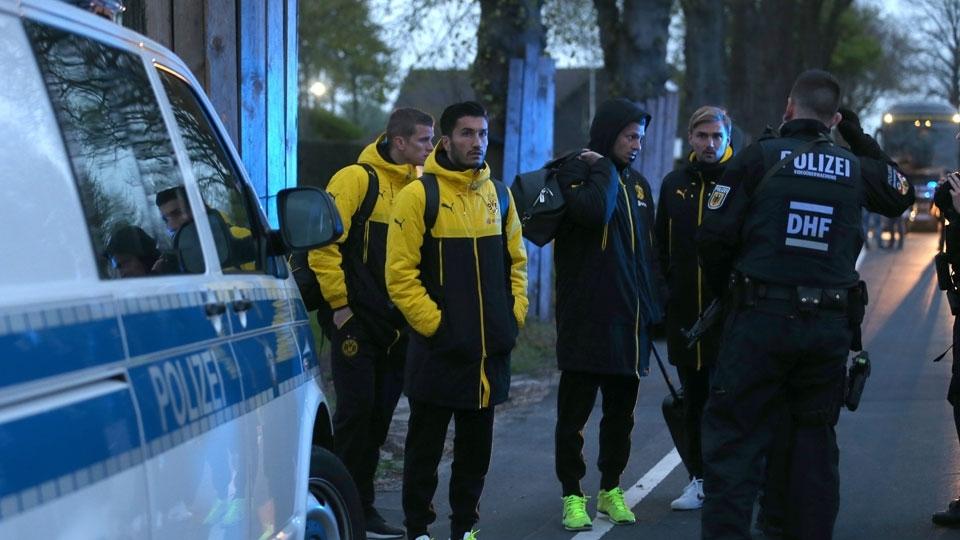 Jogadores do Dortmund conversam com policiais após terem deixado o ônibus