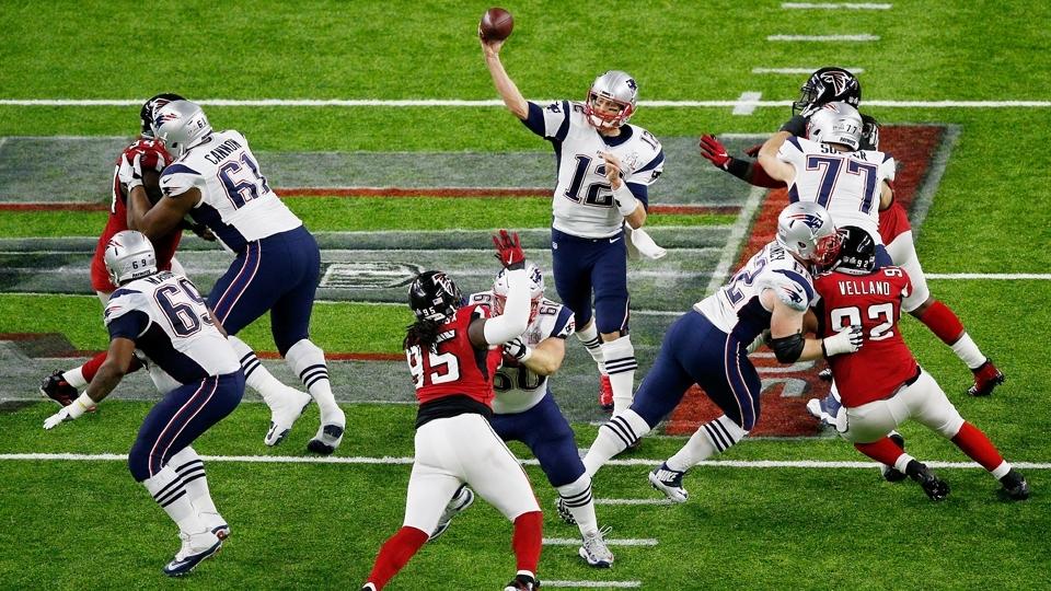 Tom Brady tenta armar o ataque dos Patriots contra os Falcons no Super Bowl LI