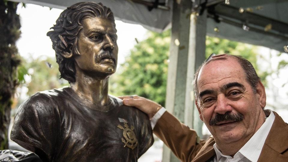 Rivellino ao lado do busto dele na sede do Corinthians, no Parque São Jorge