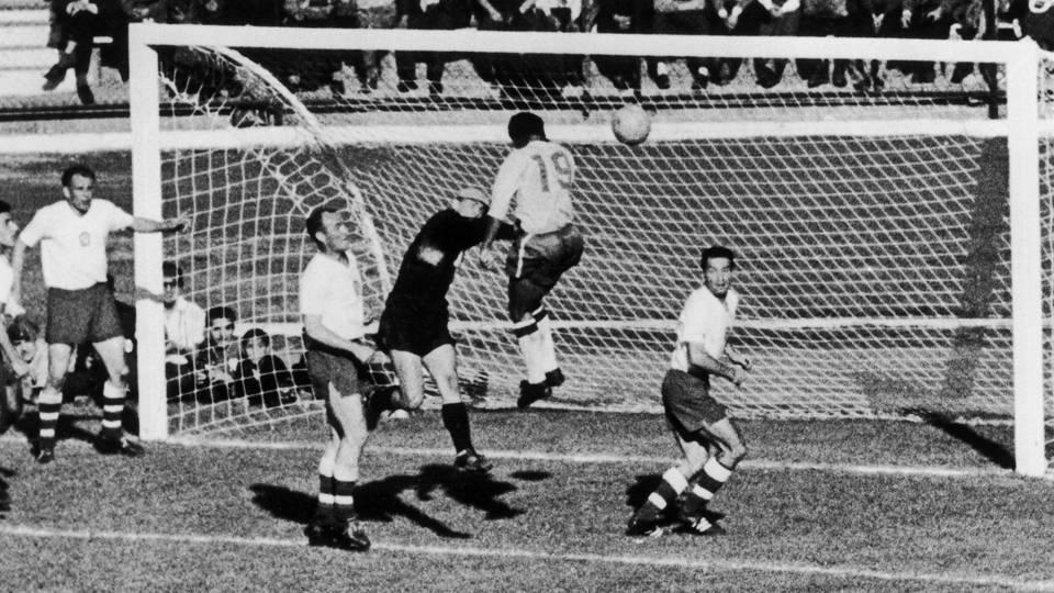 Zito sobe para desviar de cabeça e marcar o segundo gol do Brasil na goleada por 5 a 2 sobre a Suécia na final da Copa de 1958