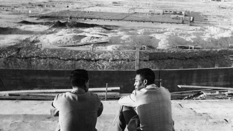 Na imagem, Zito e Pelé durante a construção do Mineirão