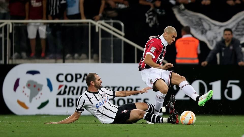 Danilo tenta roubar a bola de Dória durante o jogo entre Corinthians e São Paulo
