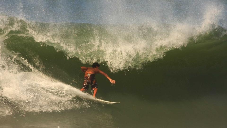 Medina treinando em ondas pesadas na Praia de Santiago, São Sebastião, em 2009.
