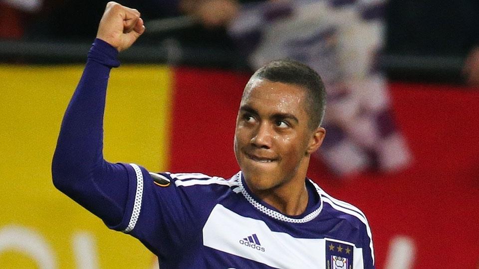 O meio-campista Youri Tielemans continua no Anderlecht, clube pelo qual virou titular e estreou pela seleção belga em novembro de 2016