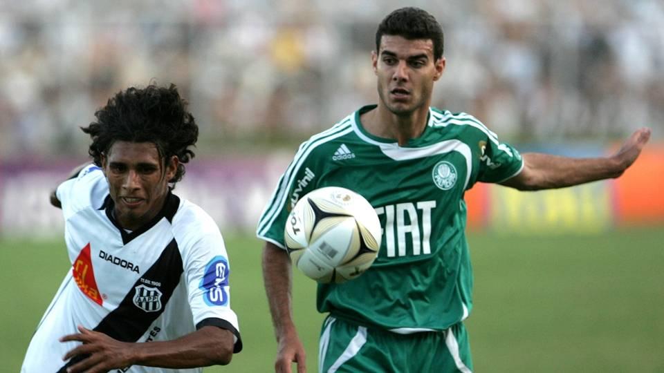 Titular da lateral direita, Élder Granja (dir.) atua pelo Cianorte, do Paraná