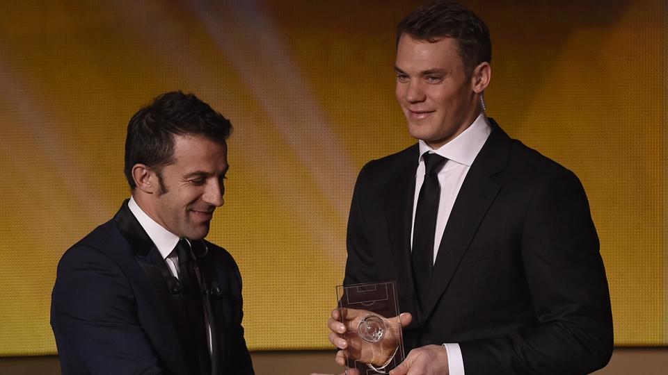 Neuer recebe o prêmio de melhor goleiro do ano das mãos de Del Piero