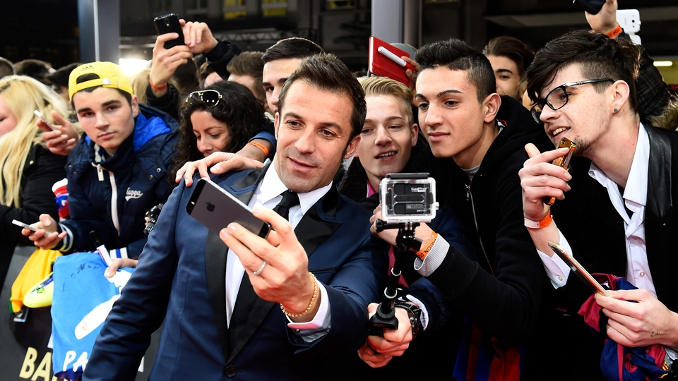 O ex-jogador Del Piero tira 'selfie' antes da premiação